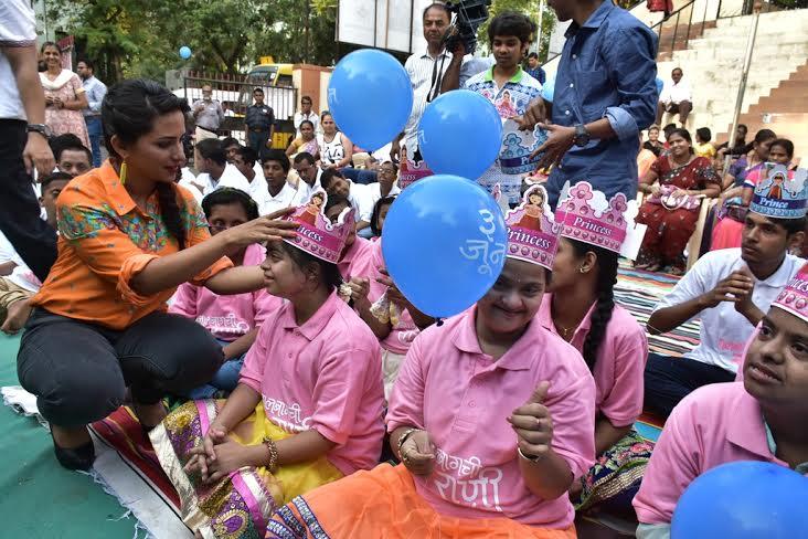 विशेष मुलांसोबत रमली 'लालबागची राणी'