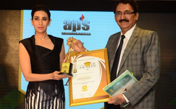 अभिनेत्री करिष्मा कपूरच्या हस्ते 'रायझिंग लीडरशिप ॲवॉर्ड फॉर द बेस्ट इंटेरियर अँड फॅशन डिझाईन इन्स्टिट्यूट इन महाराष्ट्र' पुरस्कार