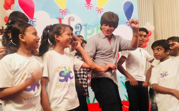 शाहरुख खान ने सेट पर बच्चों के साथ मनाया बाल दिवस!