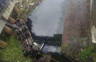 शिवाजीनगर कामगार पुतळ्याजवळील पुलावरून टँकर नदीत कोसळला ; एकाचा मृत्यू