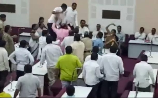 वाजपेयींच्या श्रद्धांजली प्रस्तावास विरोध केल्याने  एमआयएमच्या  नगरसेवकाला सभागृहातच मारहाण