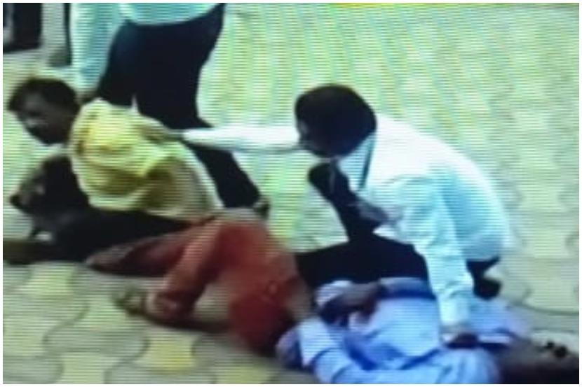 मोदींच्या ताफ्याला काळे झेंडे दाखवणाऱ्यांना पोलिसांकडून बेदम मारहाण