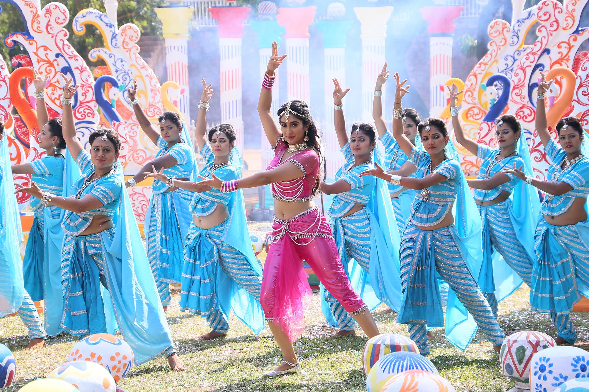 जीतेंद्र-श्रीदेवीच्या 'हिम्मतवाला' सिनेमाला 'लकी'च्या निर्मात्यांचे 'कोपचा' गाण्याव्दारे ट्रिब्युट !