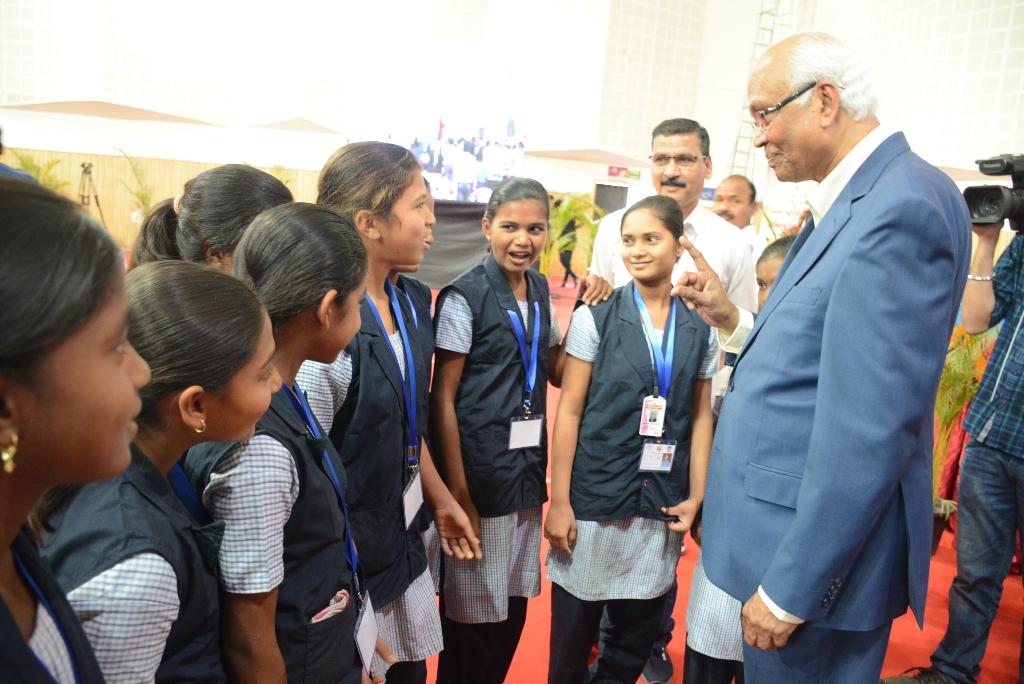 ज्येष्ठ शास्त्रज्ञ डॉ. माशेलकरांनी दिला आदिवासी मुलांना 'माशेलकरी मंत्र'!