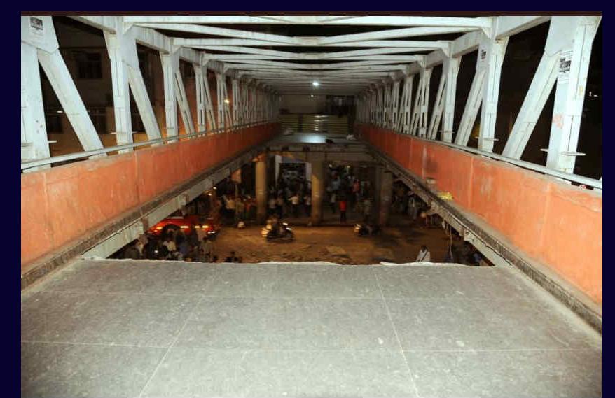 छत्रपती शिवाजी महाराज टर्मिनसजवळचा पादचारी पूल कोसळला, पाचजण ठार