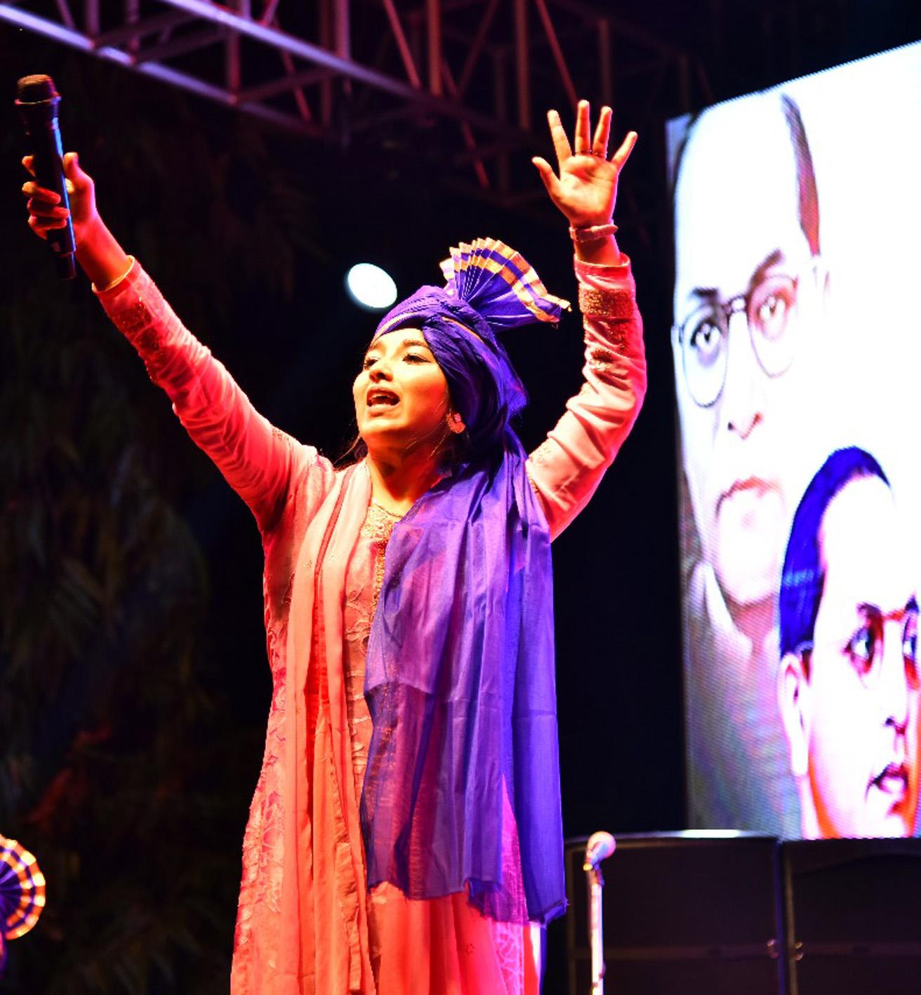 पंजाबी गायिका गिन्नी माहीने जिंकली रसिकांची मने