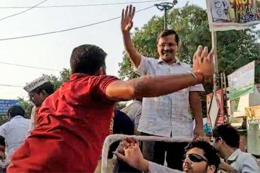 अरविंद केजरीवालांवर रोड शो दरम्यान हल्ला, अज्ञात युवकाने जीपवर चढून कानशिलात लगावली