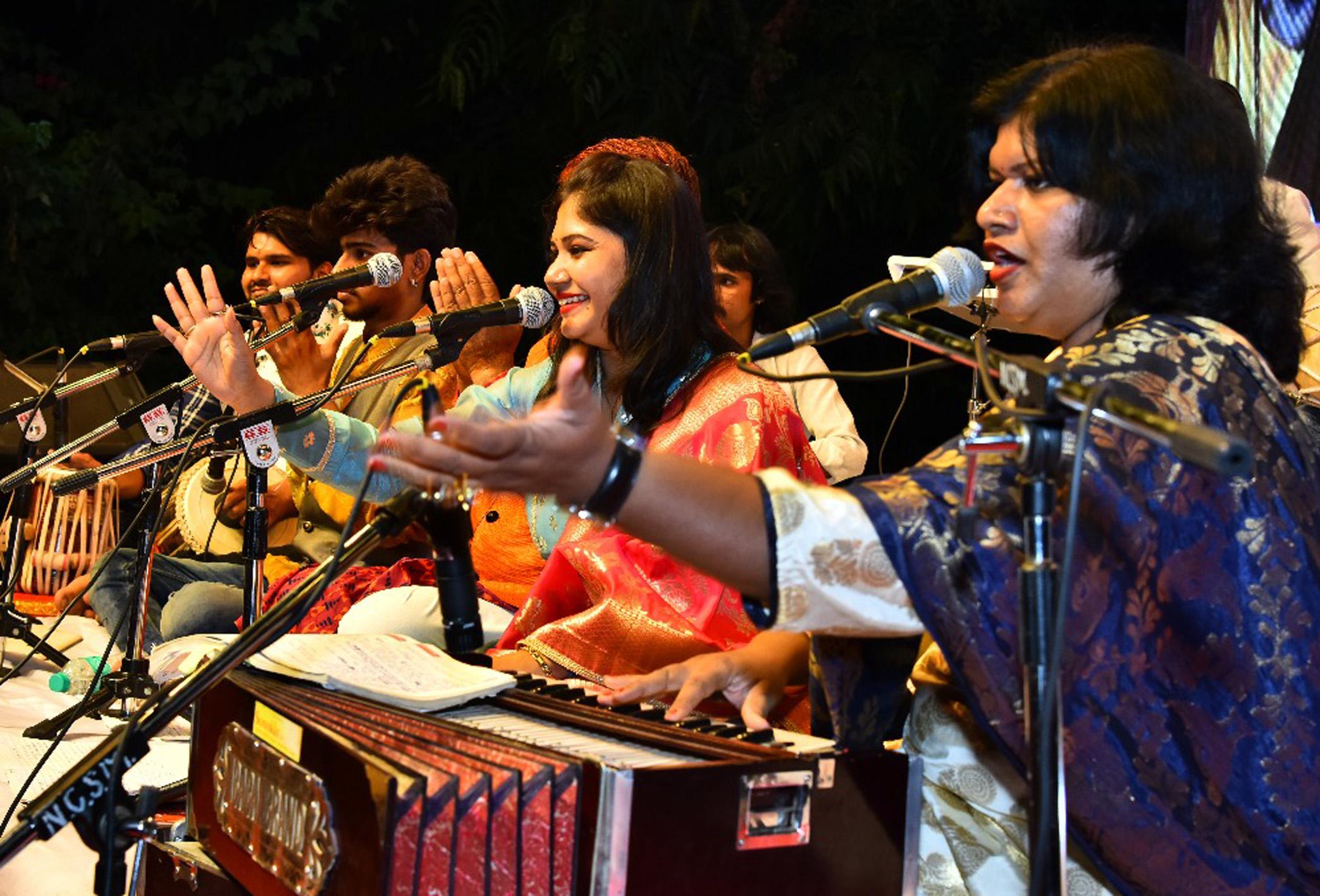 सुफी संगीत व भीमगीतांचा जलसा सादर करीत विनया-विजया जोडीची रसिकांवर मोहिनी