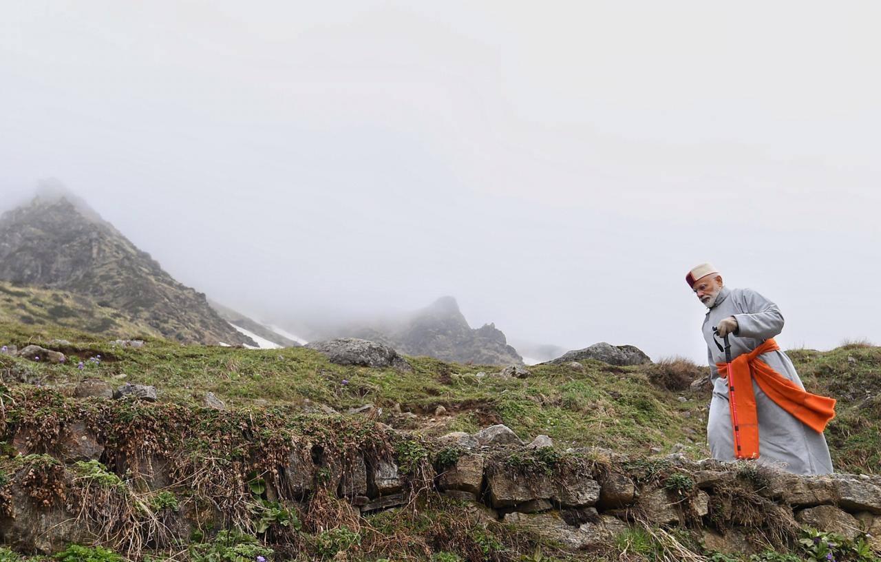 केदारनाथमध्ये पुजेनंतर 2 किलोमीटर चढाई करून गुफेत पोहचले मोदी, उद्या सकाळपर्यंत तिथेच ध्यान करणार