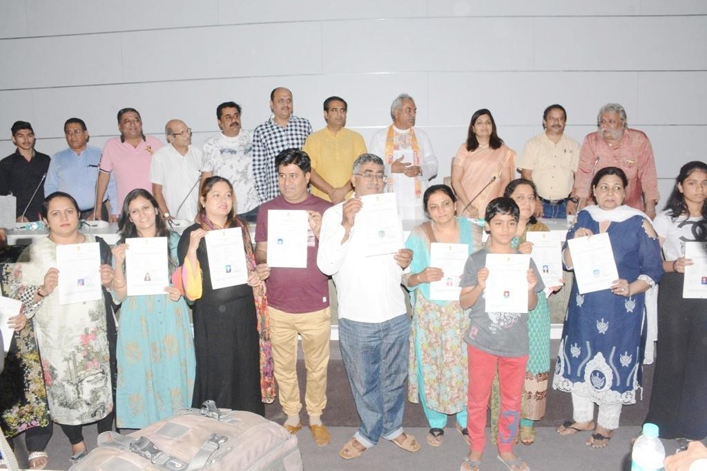 उप जिल्हाधिकारी डॉ.जयश्री कटारे यांच्या हस्ते भारतीय नागरिकत्वाच्या प्रमाणपत्राचे वाटप