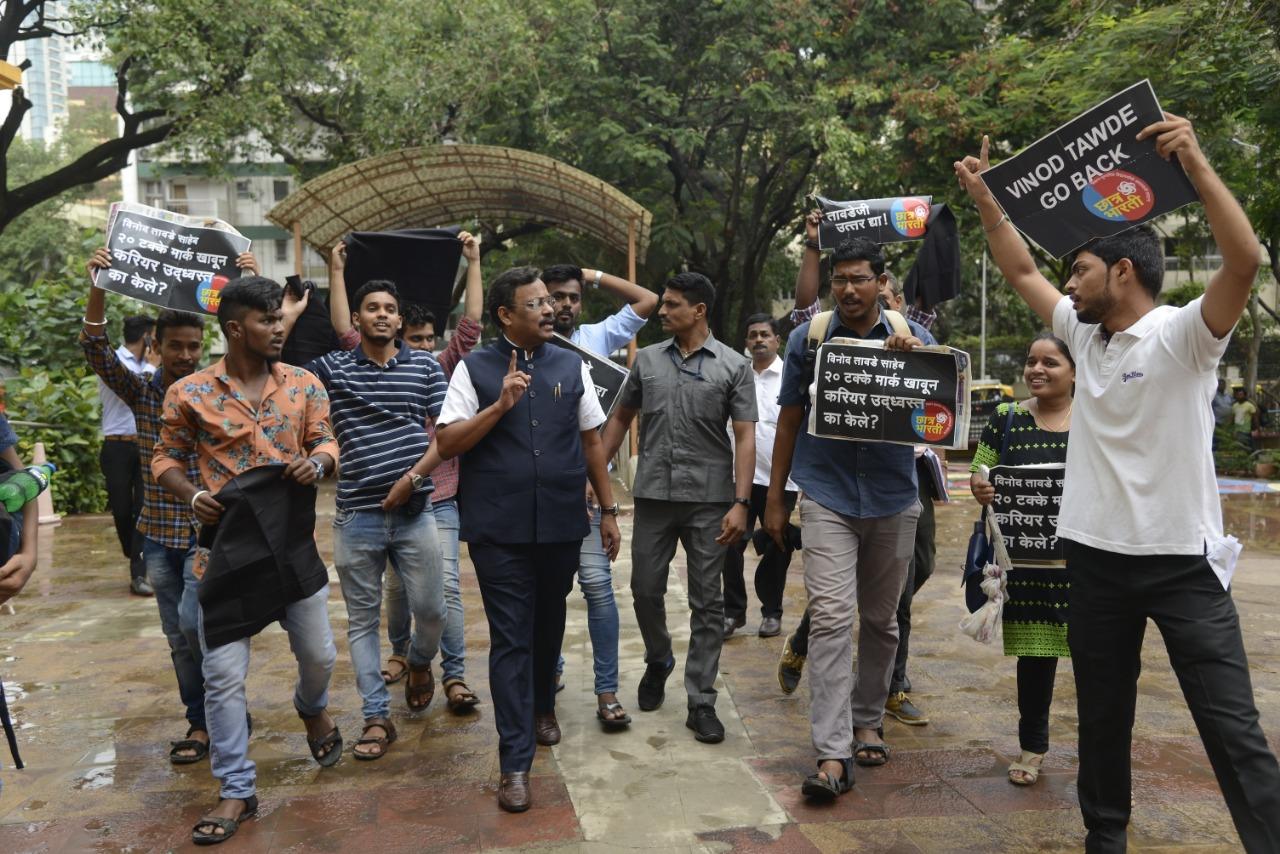 छात्र भारती विद्यार्थी संघटना आक्रमक शिक्षणमंत्र्यांना दाखवले काळे झेंडे