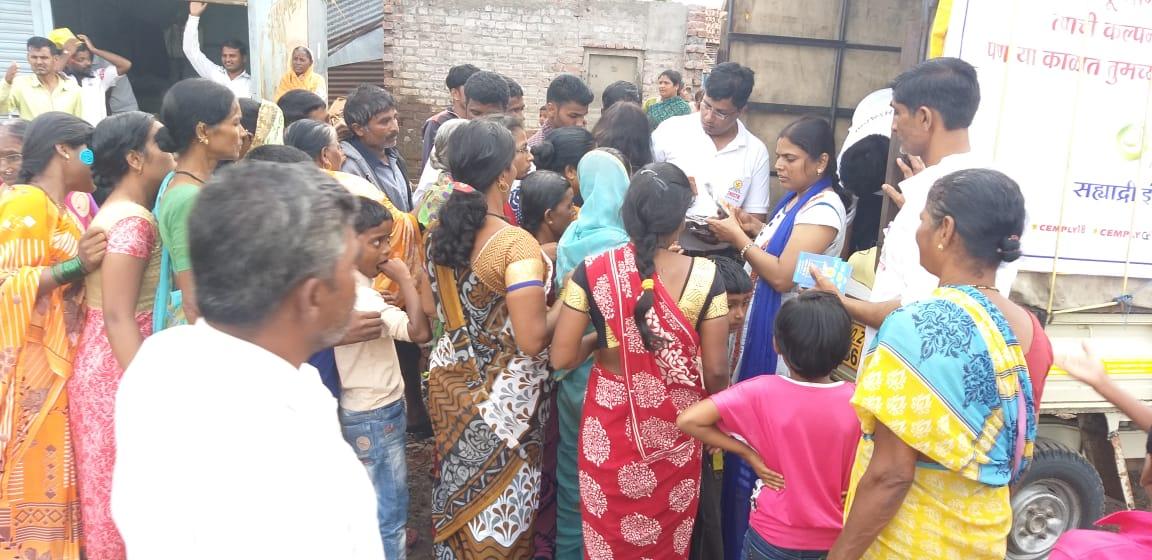 सांगलीच्या ९ गावातील  पूरग्रस्तांना   खाकरा पॅकेटचे वाटप
