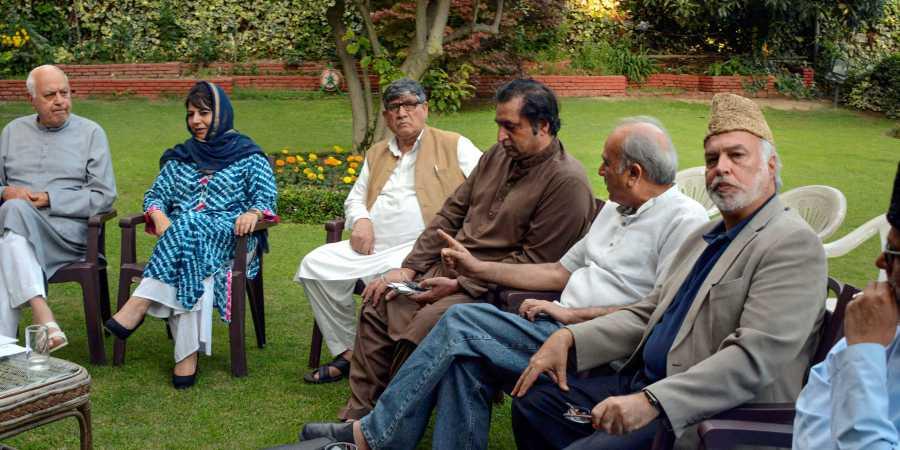 मध्यरात्री काश्मीरमध्ये कारवाई, तीन माजी मुख्यमंत्री फारुख, उमर, मेहबूबा नजरकैदेत