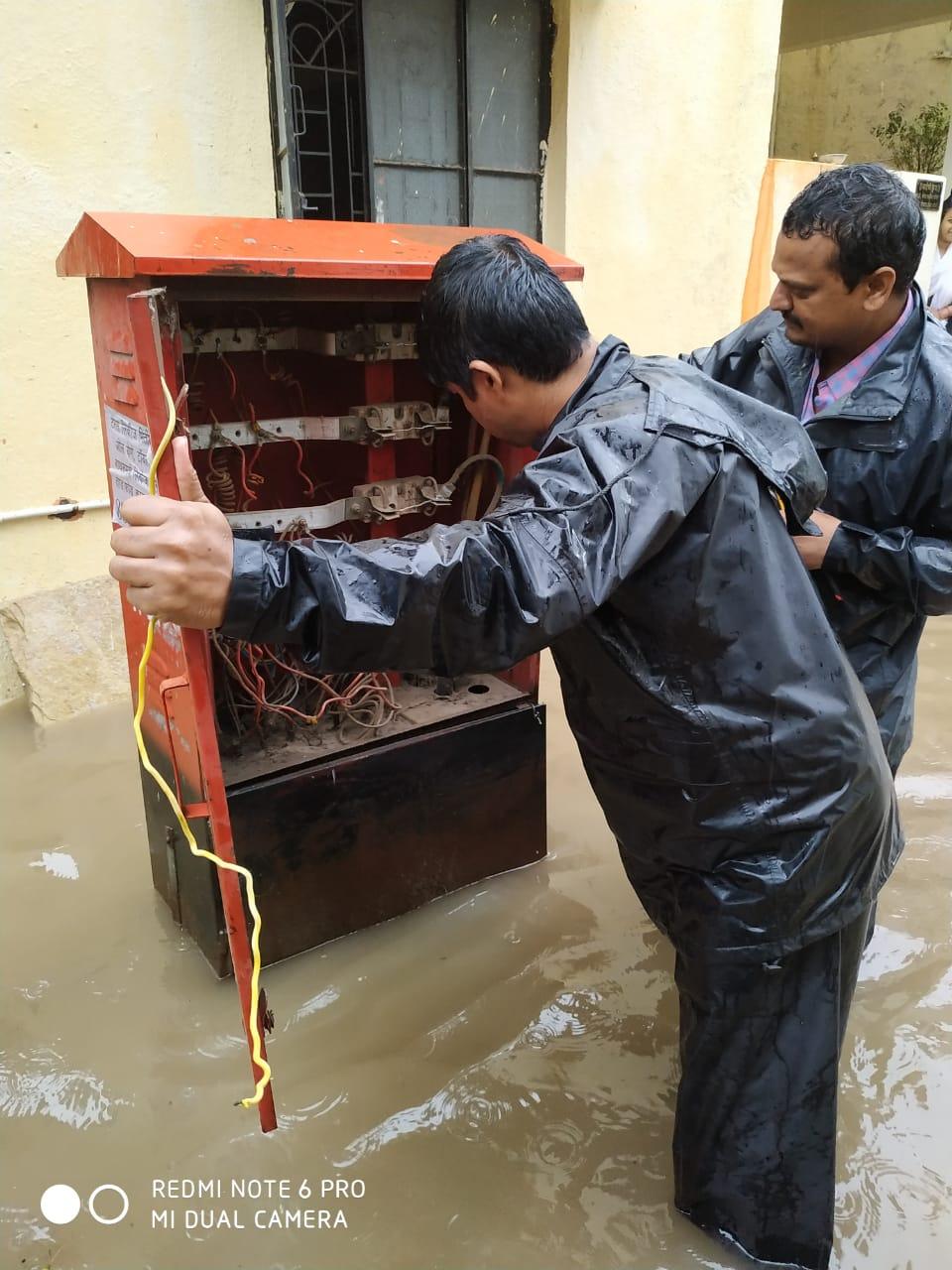 पाण्याचा विसर्ग वाढल्याने वीज वितरण यंत्रणा कोलमडली