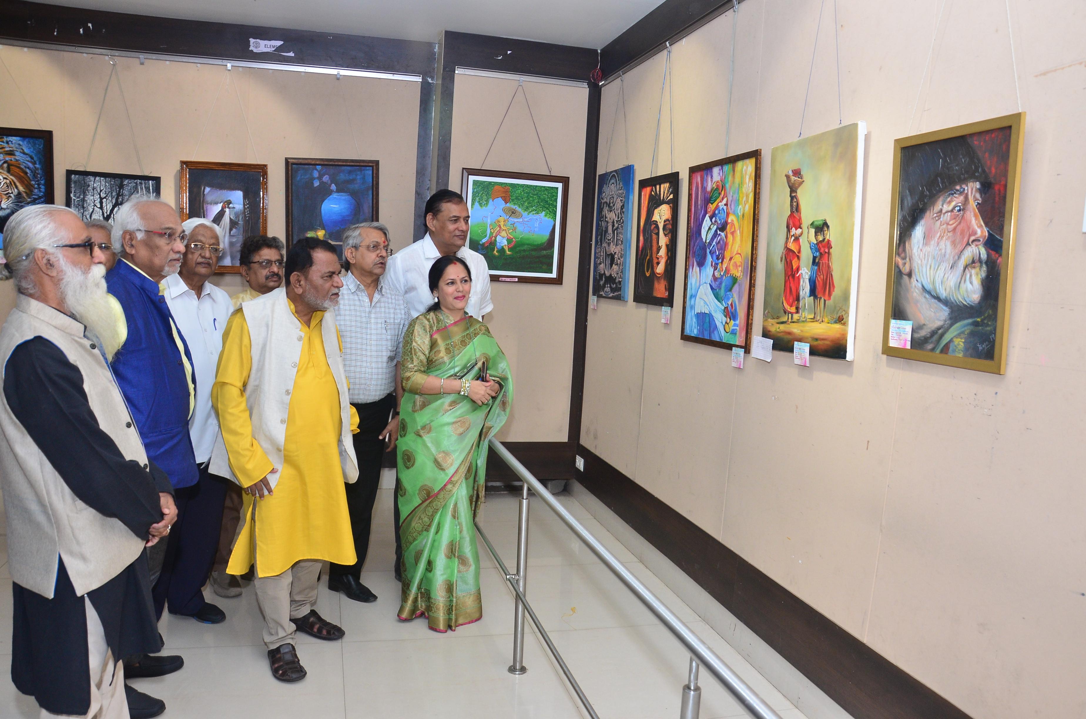 महिलांच्या कल्पक पेंटिंगने बालगंधर्व कलादालन सजले
