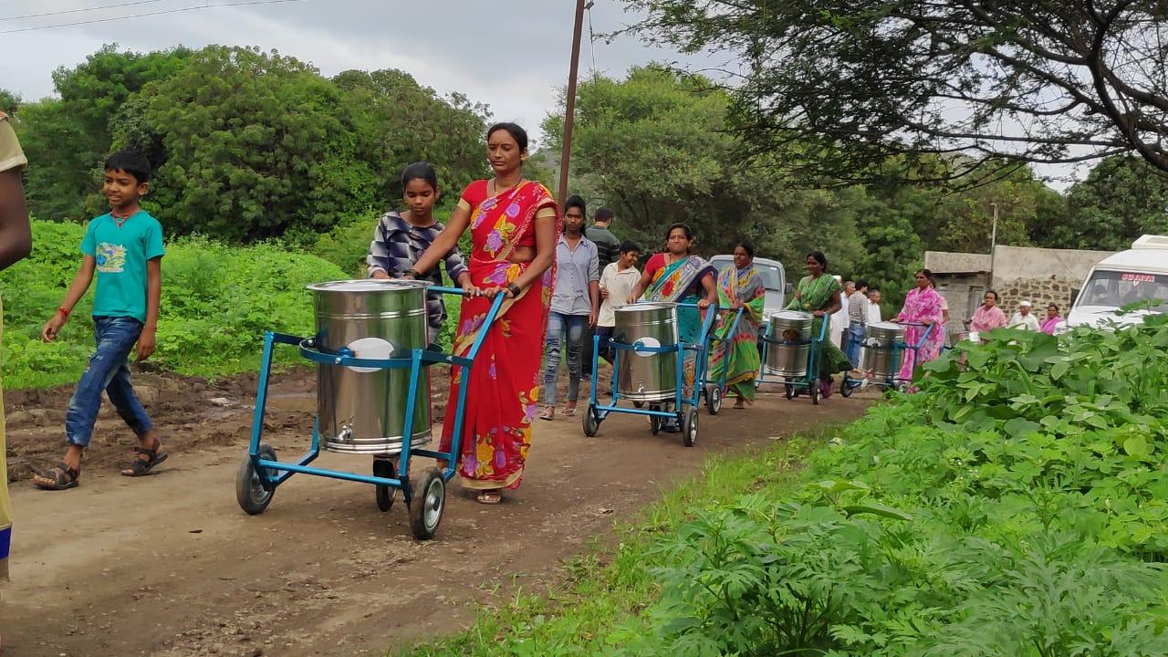 ग्रामीण भागातील पाणी आणण्याचे कष्ट वाचविण्यासाठी 'नीर चक्र ' चे वितरण !