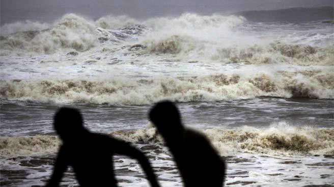 अरबी समुद्रात 'महा' नावाचे चक्रीवादळ आल्याने समुद्र खवळला, पुढील तीन दिवस मच्छिमारांनी समुद्रात न जाण्याचे आवाहन