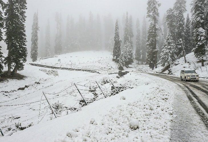 काश्मीरमध्ये प्रचंड बर्फवृष्ठी, अपघातात 2 जवानांसहित 6 जणांचा मृत्यू,श्रीनगर-जम्मू हायवे बंद,गुलमर्गमध्ये सर्वात जास्त बर्फवृष्टी,