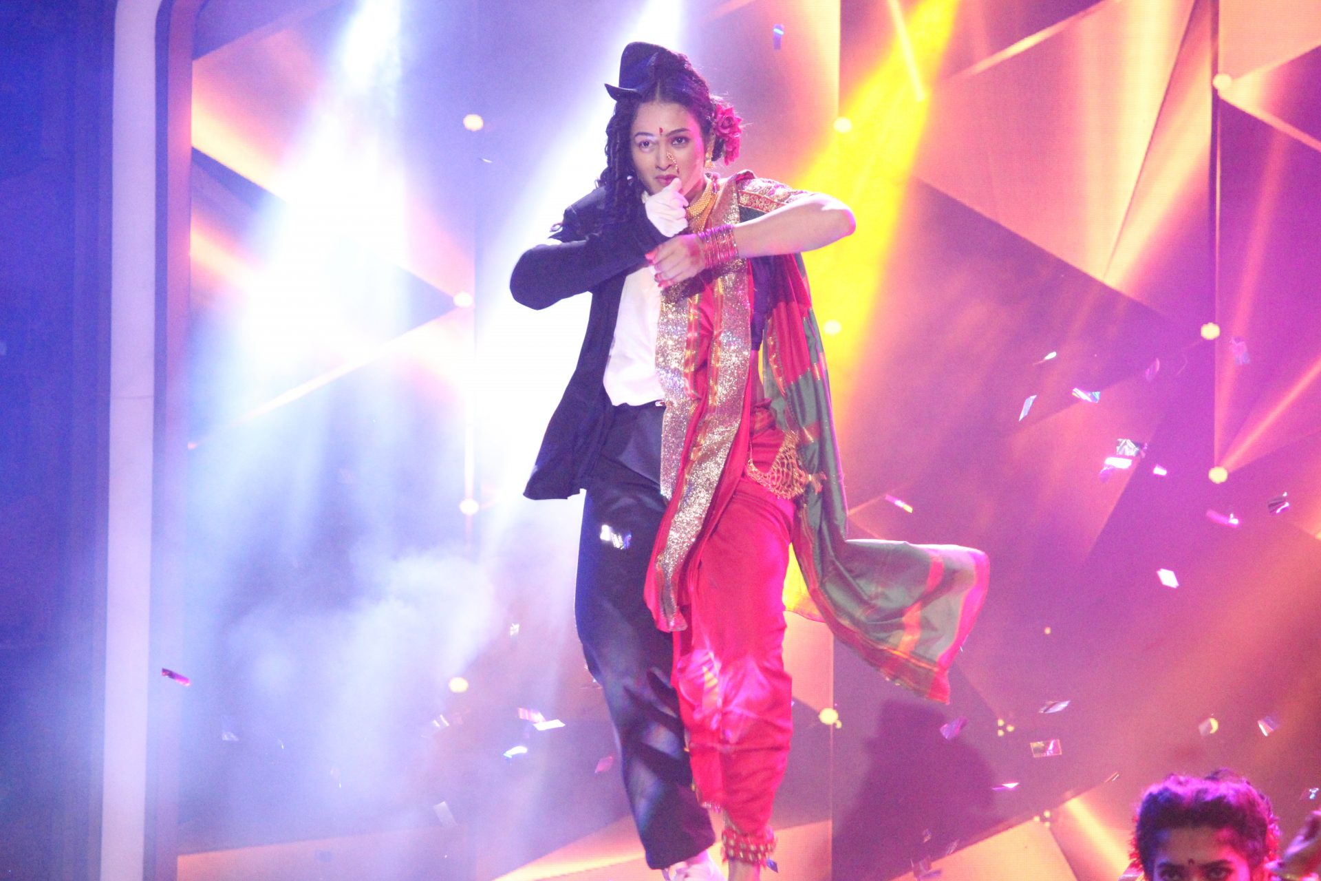 'युवा डान्सिंग क्वीन'च्या मंचावर एमजे स्टाईल लावणी!!!