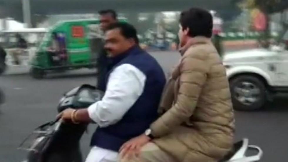 प्रियंका गांधींना स्कुटीवर घेऊन जाणाऱ्या काँग्रेस नेत्याला पोलिसांनी ठोठावला 6100 रुपयांचा दंड