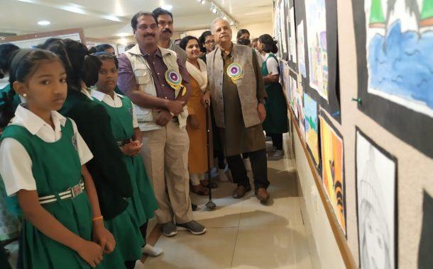 अहिल्यादेवी शाळेतील राजा रविवर्मा आर्ट गॅलरीत विद्यार्थिनींच्या चित्रांचे प्रदर्शन