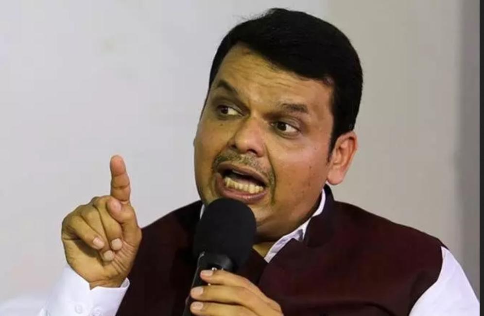 शिवसेनेला मुंबईतील मातोश्री नाही तर दिल्लीतील मातोश्री आदेश देतात, ठाकरेंवर फडणवींसांची जहरी टीका
