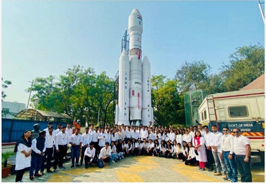 इस्रो रिसर्च सेंटर अहमदाबाद ला विद्यार्थ्यांची भेट