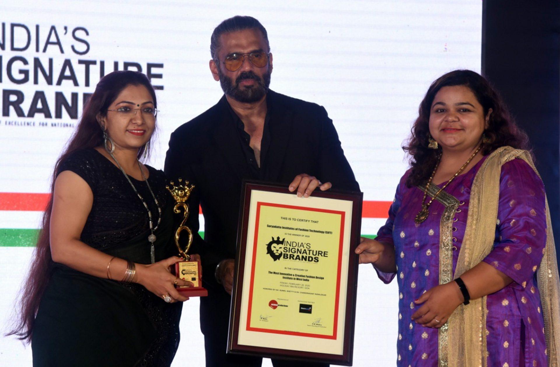 सुनील शेट्टीच्या हस्ते 'इंडियाज सिग्नेचर ब्रँड' पुरस्कार प्रदान