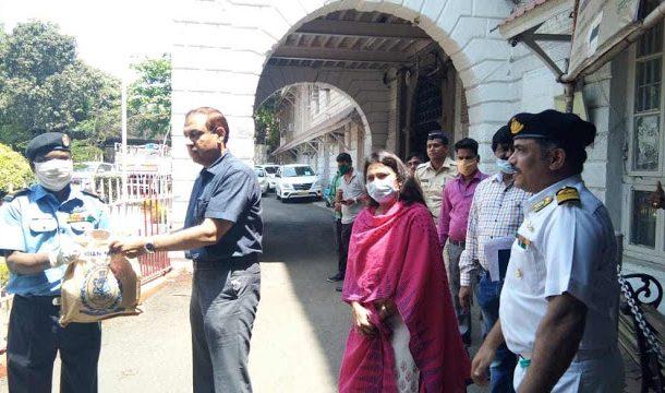 मुंबई शहर जिल्हा नौदलाच्या वतीने गरजूंना जीवनावश्यक वस्तूंचे वाटप