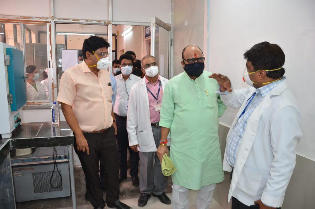 पालकमंत्री गुलाबराव पाटील यांनी साधला कोविड केअर सेंटरमधील डॉक्टर व रुग्णांशी संवाद