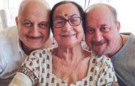 अनुपम खेर यांची आई कोरोना पॉझिटिव्ह, भाऊ-वहिनी आणि पुतणीत सौम्य लक्षणे दिसल्यानंतर स्वतःला केले क्वारंटाइन