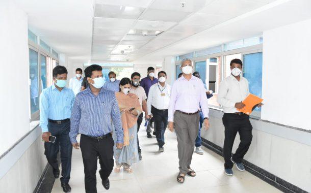 बिबवेवाडी येथील कामगार विभागाच्या रुग्णालयाची जिल्हाधिकारी नवल किशोर रामव महानगरपालिका आयुक्त विक्रमकुमार यांच्याकडून पाहणी