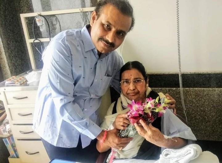 दोन दिवसांपूर्वी तिने माझ्या पाठीवर दोन्ही हात ठेवत मला आर्शिवाद दिले' आरोग्यमंत्री राजेश टोपेंचे आईसाठी भावनिक ट्विट