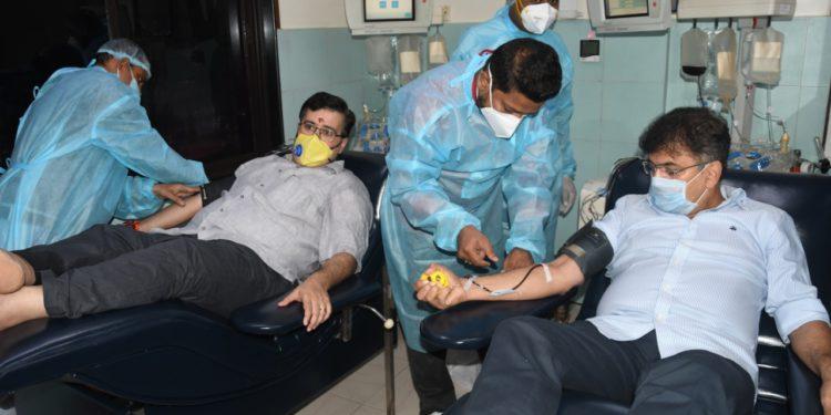 गृहनिर्माणमंत्री डॉ.जितेंद्र आव्हाड यांनी केले प्लाझ्मा दान
