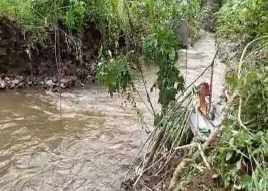 काळ आला होता पण..!ओढ्याच्या पाण्यात वाहून जाणाऱ्या १८ महिन्यांच्या बाळाला वडिलांनी वाचवले,कात्रज येथील घटना
