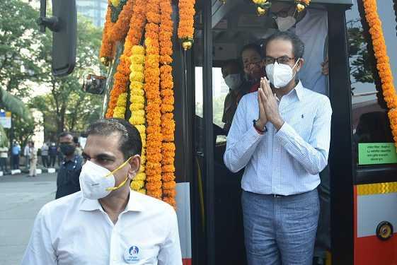 बेस्टच्या २६ एसी इलेक्ट्रिक बस मुंबईकरांच्या सेवेत दाखल; मुख्यमंत्री उद्धव ठाकरे यांच्या हस्ते लोकार्पण