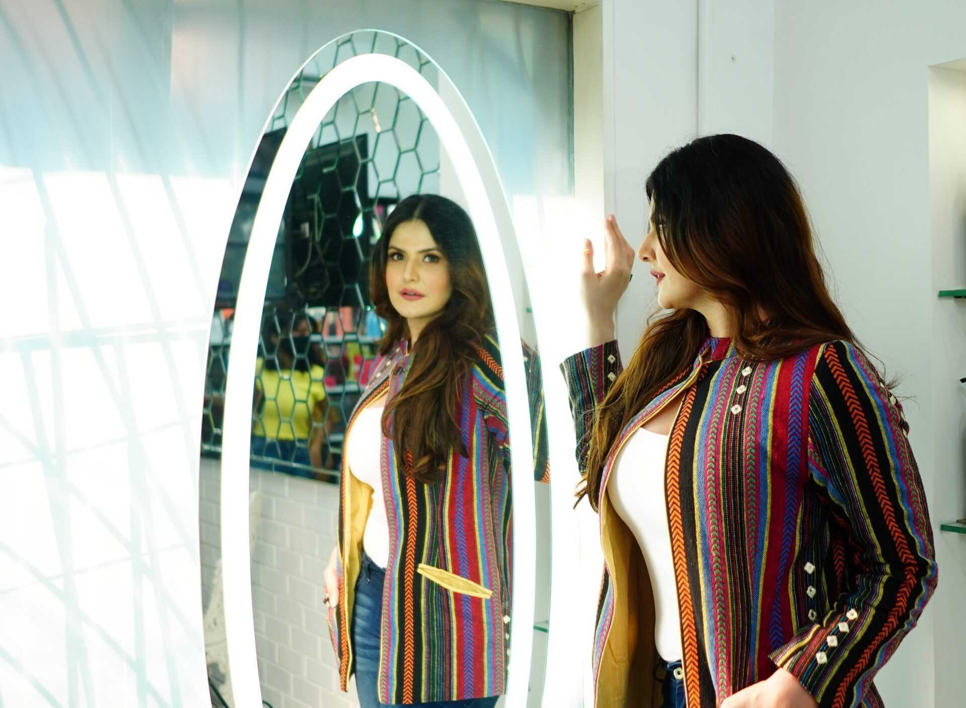 बॉलिवूड अभिनेत्री झरीन खानने फेमिना फ्लाँट स्टुडिओ सलून केले लाँच