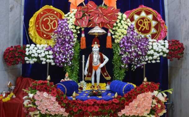 अक्कलकोट स्वामी महाराज पुण्यतिथीनिमित्त रामेश्वर चौकातील मठात 'फुलांच्या पालखीची' आरास