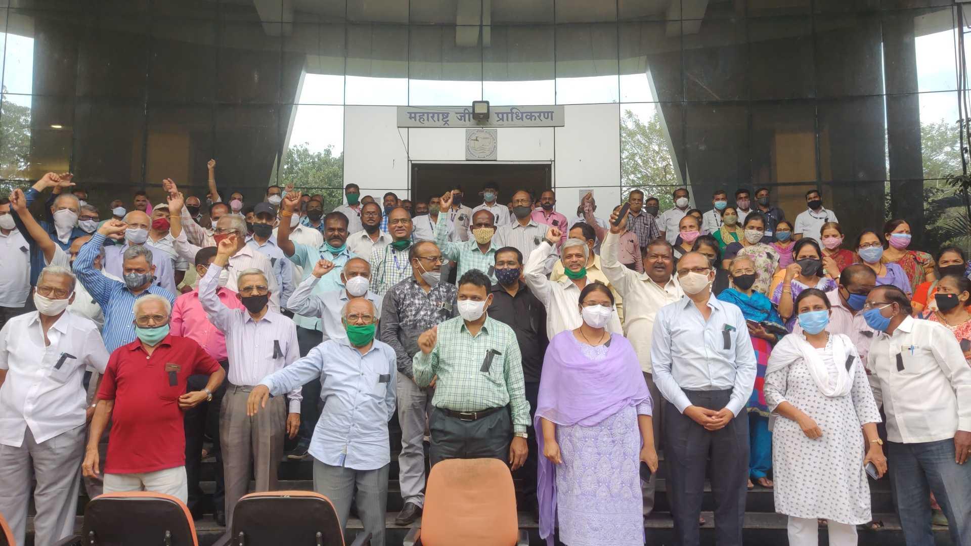 महाराष्ट्र जीवन प्राधिकरण अधिकारी, कर्मचाऱ्यांची सातव्या वेतन आयोगासाठी काळी फीत लावून निदर्शने