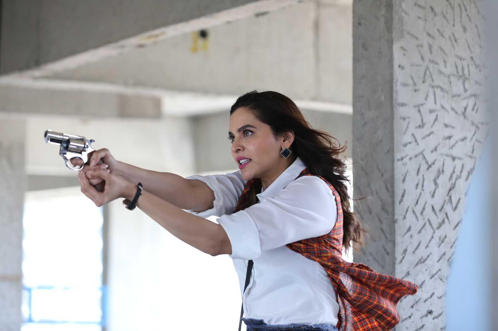 खरी बंदूक हातात घेण्याचा अनुभव शहारे आणणारा:अनुजा साठे-गोखले