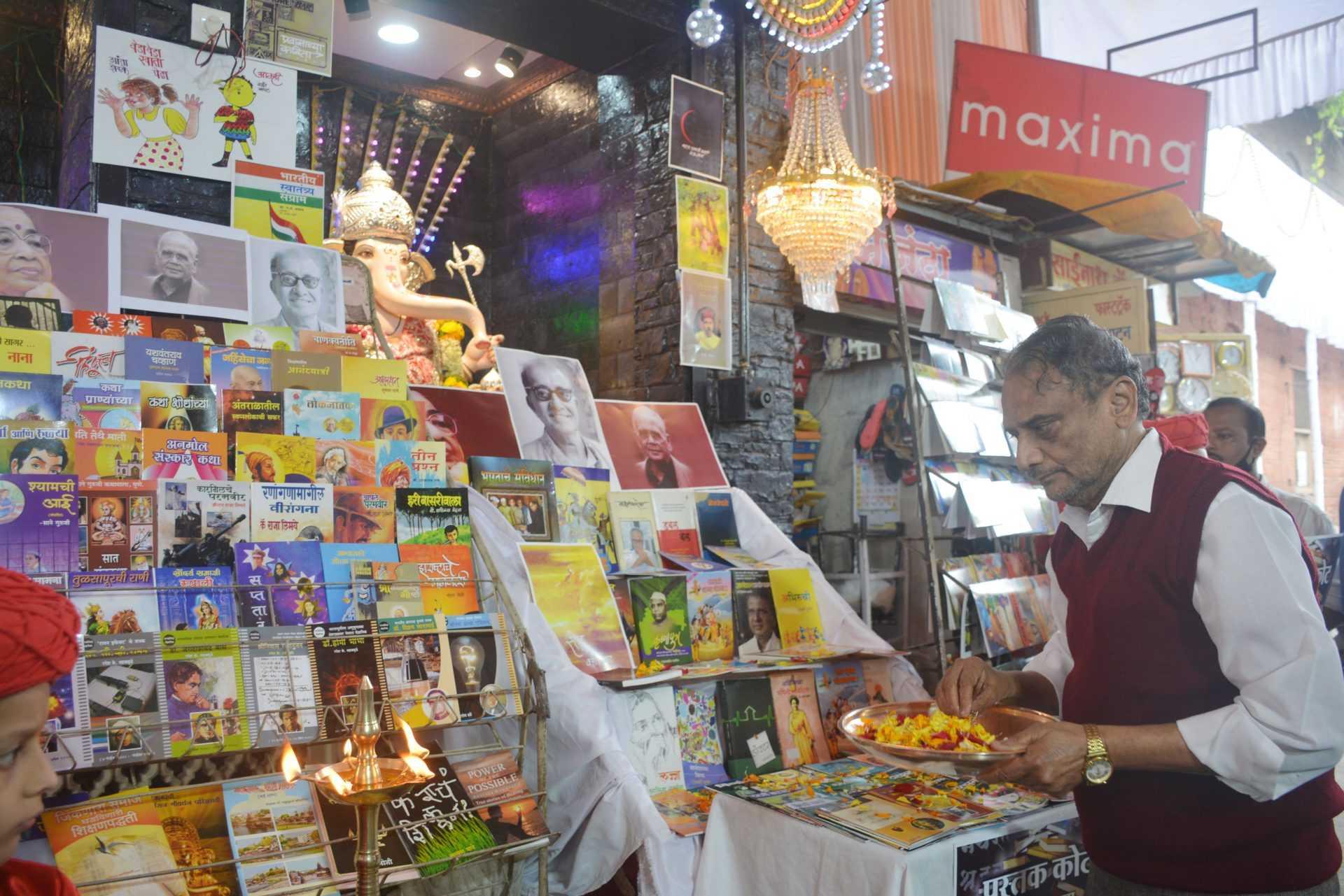 गणेश मंडळांचा गणरायाला ५०० पुस्तकांचा महानैवेद्य